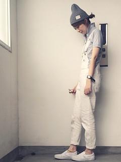 7グレーのポロシャツ×オーバンオール×ニット帽子