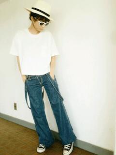 白のハット×白のTシャツ×デニムのパンツ
