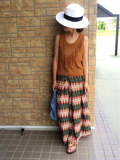 白のハット×茶色のタンクトップ×柄のロングスカート