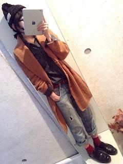 11茶色のカーディガン×ヴィンテージデニム×黒系シャツ
