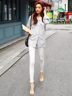 6グレーシャツ×白レギパン×オープントゥサンダル