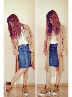 8秋の白シャツ×ベージュトレンチコート×デニムタイトスカート