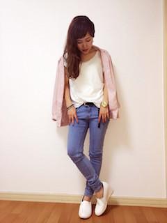 2ピンクのテーラードジャケット×白タンクトップ×カラーデニム