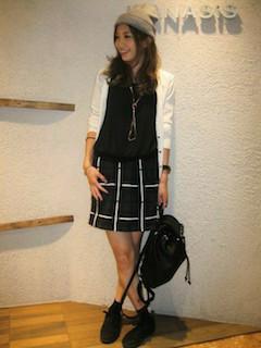 8白のカーディガン×黒ニット×黒タイトスカート