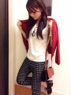 10赤のカーディガン×白Tシャツ×チェック柄パンツ
