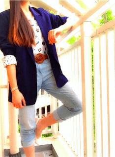 6ネイビーのテーラードジャケット×柄Tシャツ×ジーンズ