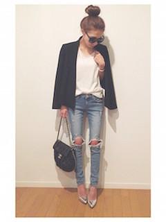 2黒のテーラードジャケット×白Tシャツ×ヴィンテージデニム