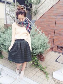 6白ニット・セーター×チェック柄スカート×マフラー