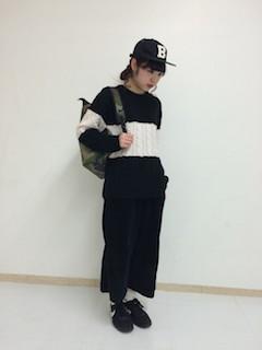 バイカラーニット・セーター×黒のワイドパンツ×黒のナイキスニーカー