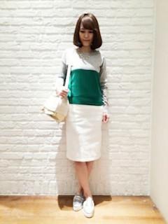 バイカラーニット・セーター×白のタイトスカート×白のローファー
