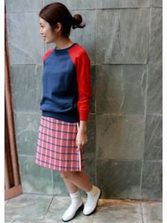 バイカラーニット・セーター×チェック柄スカート×白のローファー