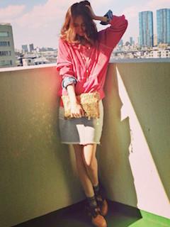 5ピンクのパーカー×ピンクシャツ×ミニタイトスカート