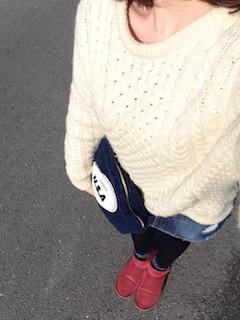 2ピンクのムートンブーツ×白セーター×デニムスカート