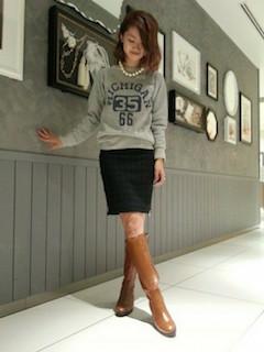 9キャメルのロングブーツ×トレーナー×タイトスカート