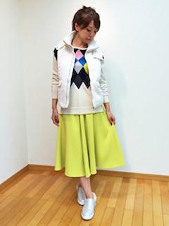 アーガイル柄ニット・セーター×白のベスト×黄色のスカート×シルバーのスリッポン