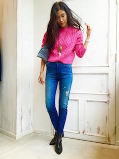 ピンクのニット・セーター×デニム×黒のショートブーツ
