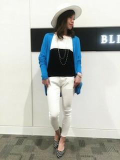 バイカラーニット・セーター×白のパンツ×青のカーディガン×ドット柄パンプス