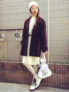 7白のブーツ×白ニットワンピース×ロングジャケット