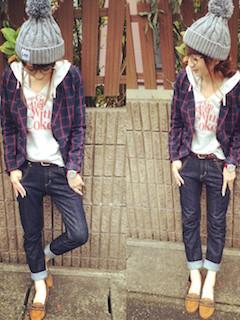 7白のパーカー×チェックジャケット×ジーンズ