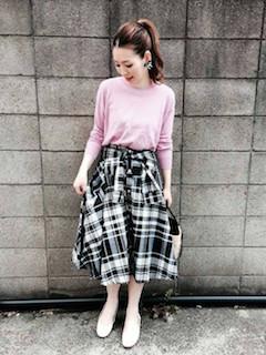 ピンクのニット・セーター×チェック柄スカート×ベージュのパンプス