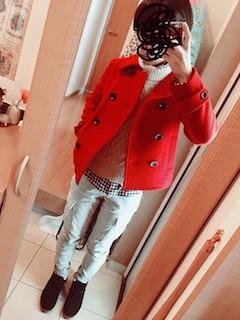赤のPコート×白のニット×白のカーゴパンツ