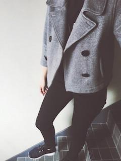 2グレーのPコート×黒ジーンズ×黒スニーカー