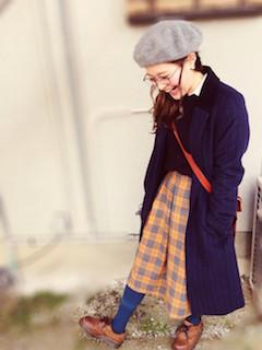 11ネイビーのチェスターコート×ベレー帽子×チェック柄スカート