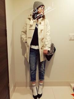 1白のダッフルコート×Vネックセーター×ジーンズ