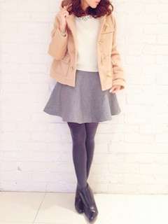 10ベージュのダッフルコート×白トップス×Aラインスカート