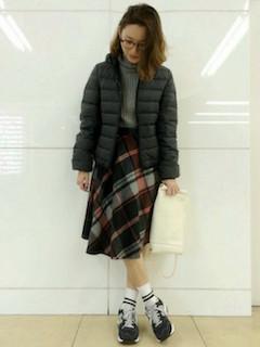 7冬のダウンジャケット×タートルネック×チェック柄スカート