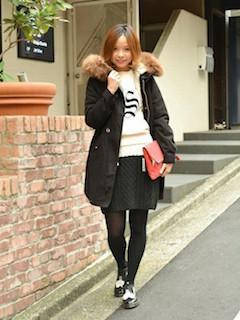 7黒のモッズコート×白セーター×ミニスカート