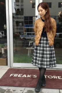 4キャメルのダウン×黒トップス×チェック柄スカート