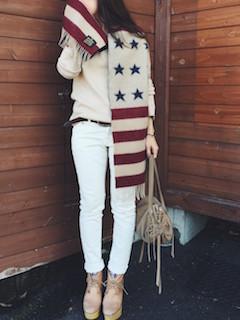 7柄物のマフラー・ストール×セーター×白デニムパンツ