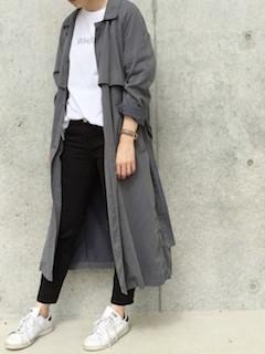 11スプリングコート×白Tシャツ×黒デニムパンツ