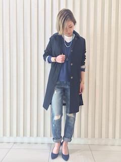 11ネイビーのスプリングコート×Vネックセーター×ジーンズ