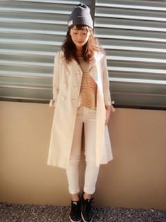 8ピンクのスプリングコート×赤のボーダーTシャツ×白デニムパンツ