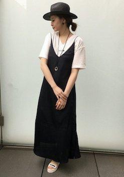 2黒のキャミワンピ×半袖Tシャツ×ハット