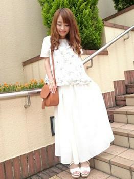 3花柄のキャミソール×白Tシャツ×マキシ丈スカート