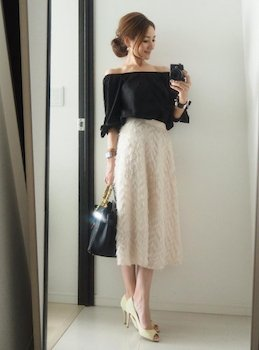 黒のオフショルトップス×白のミモレ丈のスカート×パンプス