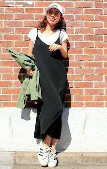 3黒のキャミワンピ×フレンチスリーブTシャツ×キャップ