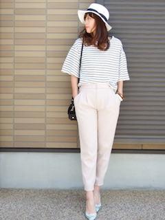白のジョガーパンツ×ボーダーTシャツ