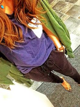 10 guのジョガーパンツ×カラーTシャツ