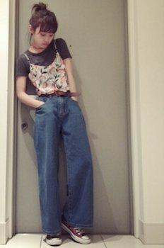 8花柄のキャミソール×黒Tシャツ×ワイドデニムパンツ