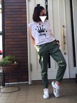 8カーキのジョガーパンツ×ノースリーブTシャツ