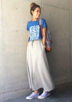 12コンバーススニーカー×カラープリントTシャツ×マキシスカート
