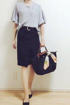 10フリル袖トップス×タイトスカート×黒パンプス