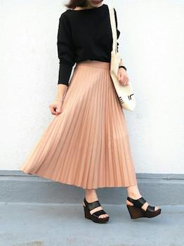 2ピンクのプリーツスカート×黒ニット×厚底サンダル