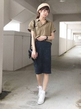 カラースキッパーシャツ×タイトスカート×ベレー帽