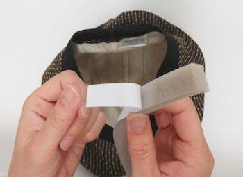 100均アイテムを使った帽子が風で飛ばない方法1 (内側に隙間テープを付ける)2