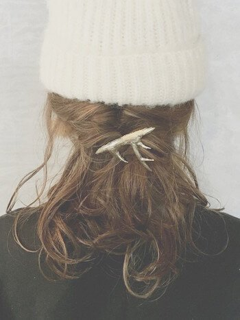 白いニット帽×ルーズバレッタ留めのニット帽に合う髪型